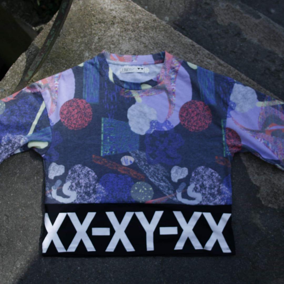Oversize t-shirt från Junkyard XX-XY. Lite kortare och större modell för att vara en S. (Jag är stl M) Snygg till hög kjol eller höga byxor. Snyggt mönstrat typ upptill och svart tyg runt hela. Bra begagnat skick. Frakt 36kr . Toppar.