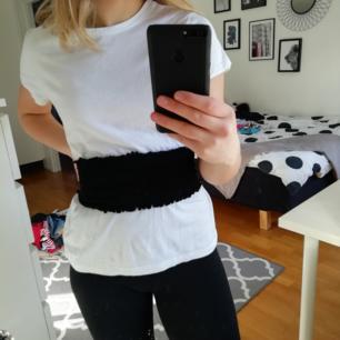 En vit svart tröja i fint skick då jag bara har använt den några får tal gånger
