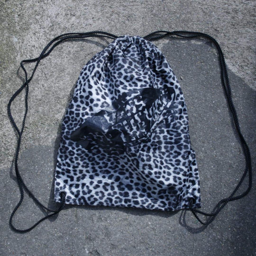 Vans gympapåse, leopardmönstrad. Frakt 36kr . Väskor.