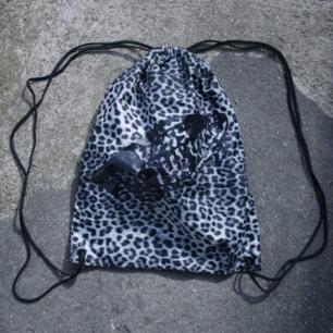 Vans gympapåse, leopardmönstrad. Frakt 36kr
