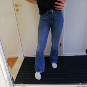 Ett par blå bot cat jeans från bik bok i fint skick