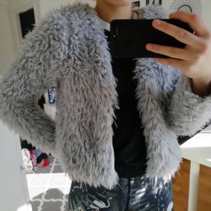 En grå vår jacka/kofta från Gina Trico