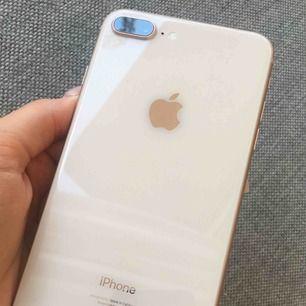 iPhone 8 Plus 64gb i roseguld, fungerar felfritt. Några små repor på baksida samt ram. Knappt märkbart. Laddare och hörlurar medföljer.