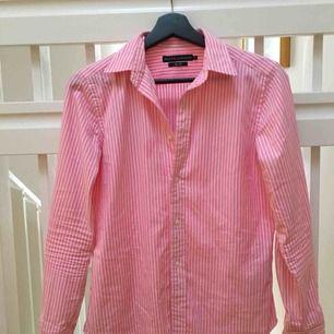 Rosa och vitrandig skjorta från Ralph Lauren. Använd sparsamt ett fåtal gånger. Storlek 8, vilket motsvarar 38. På grund av slimfit passar det också 36.