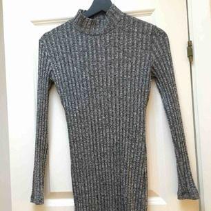 En kabelstickad klänning med polokrage från Chiquelle. Endast använd två gånger. Storlek S. Ser väldigt liten ut men tänjer ut sig på kroppen. Slimfit.