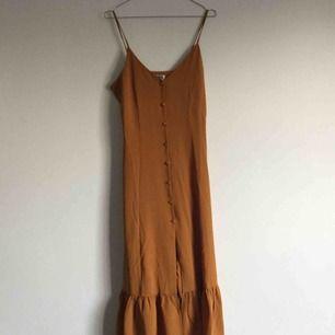 Jättesöt och härlig strapklänning köpt på Weekday för ett år sedan, använd en gång. Perfekt nu till vår/sommar! Köparen betalar frakt