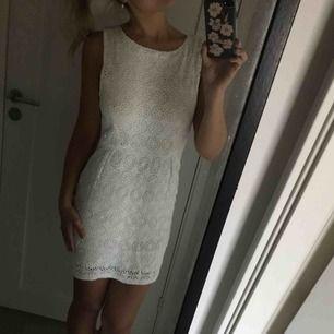 Så fin klänning i lite boho stil. Sitter så fint på! Jag är 36/s men m passar mig ändå. Klänningen har även ett tyg under så den är inte genomskinlig. Perfekt till student, midsommar etc. frakt ingår i priset. Swish