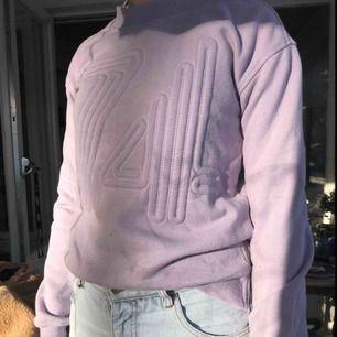 Mysig sweatshirt i härlig färg från Cubus. Den är XS men passar även S fint. Kan skicka mer bilder om det önskas. Köparen står för frakt.