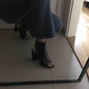 Klackar med dekorativ dragkedja. Lite skrapmärken på ena skon men går säkert att putsa till med skokräm. Tror dom är köpa på dinsko. Swish