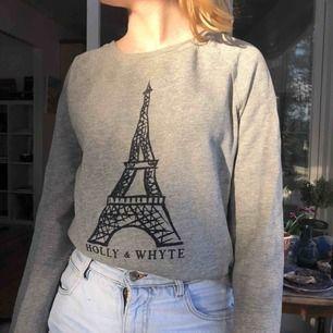 Fin sweatshirt med Eiffeltornet på. Kan skicka mer bilder om det önskas. Inga fläckar och i bra skick. Köparen står för frakt.