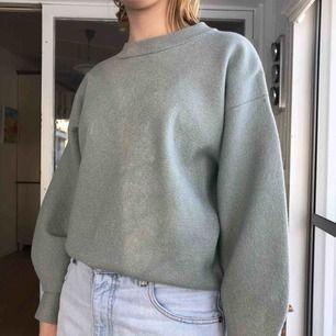 Härlig lite glittrig tröja. Det är ett mjukt tyg på insidan så den är inte stickig. Det är ballongärmar på den. Kan skicka mer bilder om det önskas. Köparen står för frakten.