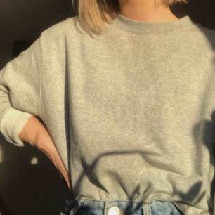grå sweatshirt ifrån weekday! använd ett fåtal ggr! köparen betalar för frakten! dm:a för fler bilder! <3