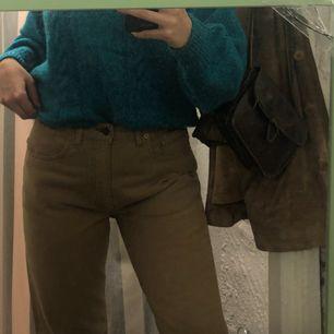 äkta beigea Levis-byxor i rak modell, knappt använda så mycket fint skick:-)