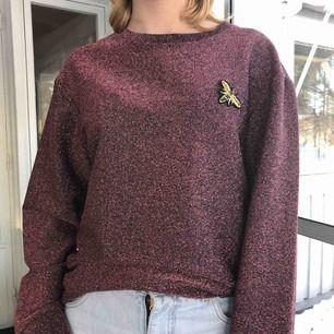 Supercool sweatshirt från HM. Den är XS men sitter även bra på s/m. Den är rosa/röd glittrig. Den har ett skönt material på insidan så sticks inte alls. Kan skicka mer bilder om det önskas. Köparen står för frakt.