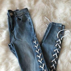 Blåa jeans från Maniere de Voir i storlek 4 med snörning. Använda en gång.