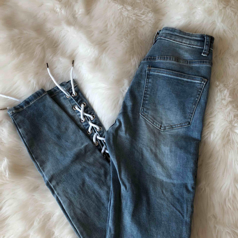 Blåa jeans från Maniere de Voir i storlek 4 med snörning. Använda en gång. . Jeans & Byxor.