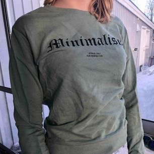 Cool gröngrå sweatshirt från hm med tryck. Nästan oanvänd och i fantastiskt skick. Kan skicka mer bilder om det önskas. Köparen står för frakten.