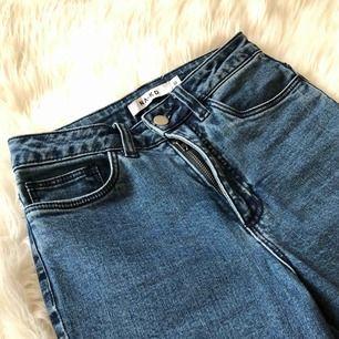 Blåa skinny fit high waist jeans från NA-KD i storlek 32. Oanvända, bara provade.