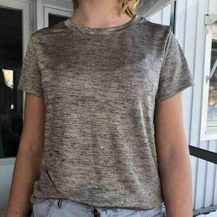 Skön tröja från hm. Den är lite glansig. Helt oanvänd. Kan skicka mer bilder om det önskas. Köparen står för frakt.