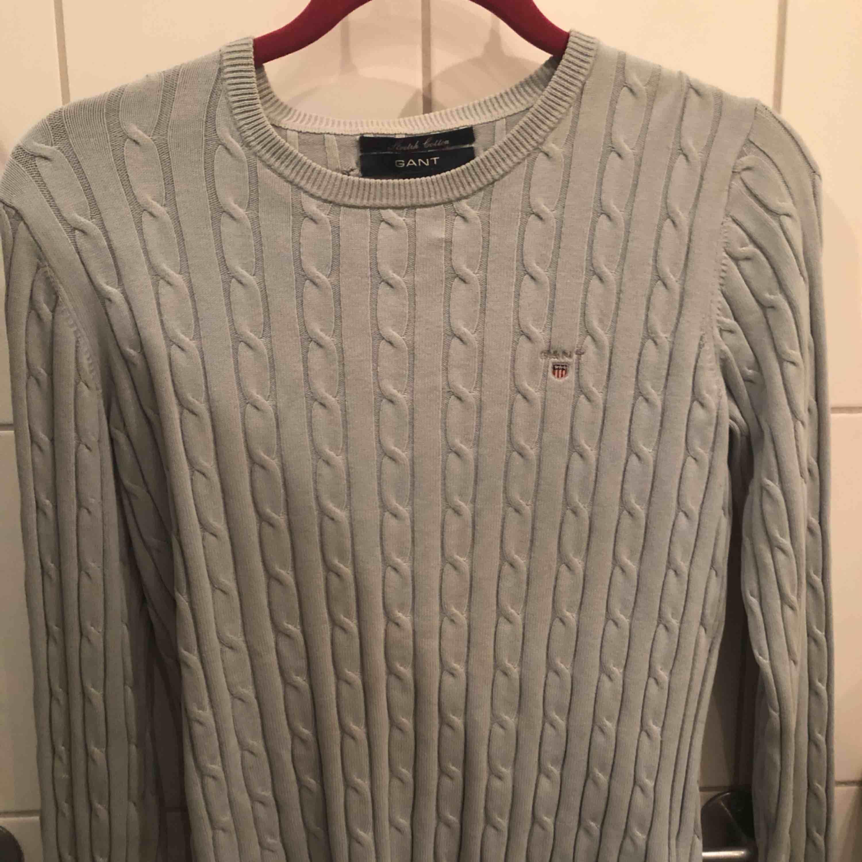Äkta kabelstickad ljusgrå gant tröja i gott skick Nypris 1300 kr. Stickat.
