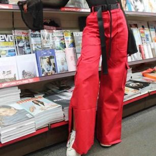The Ragged Priest EDGE PANT i röd. Jätte bekväma coola byxor i storlek M. Bältet ingår såklart. Eftersom dom kostade 700kr vid köp så säljer jag dom för hälften. Frakt är 60kr ;)