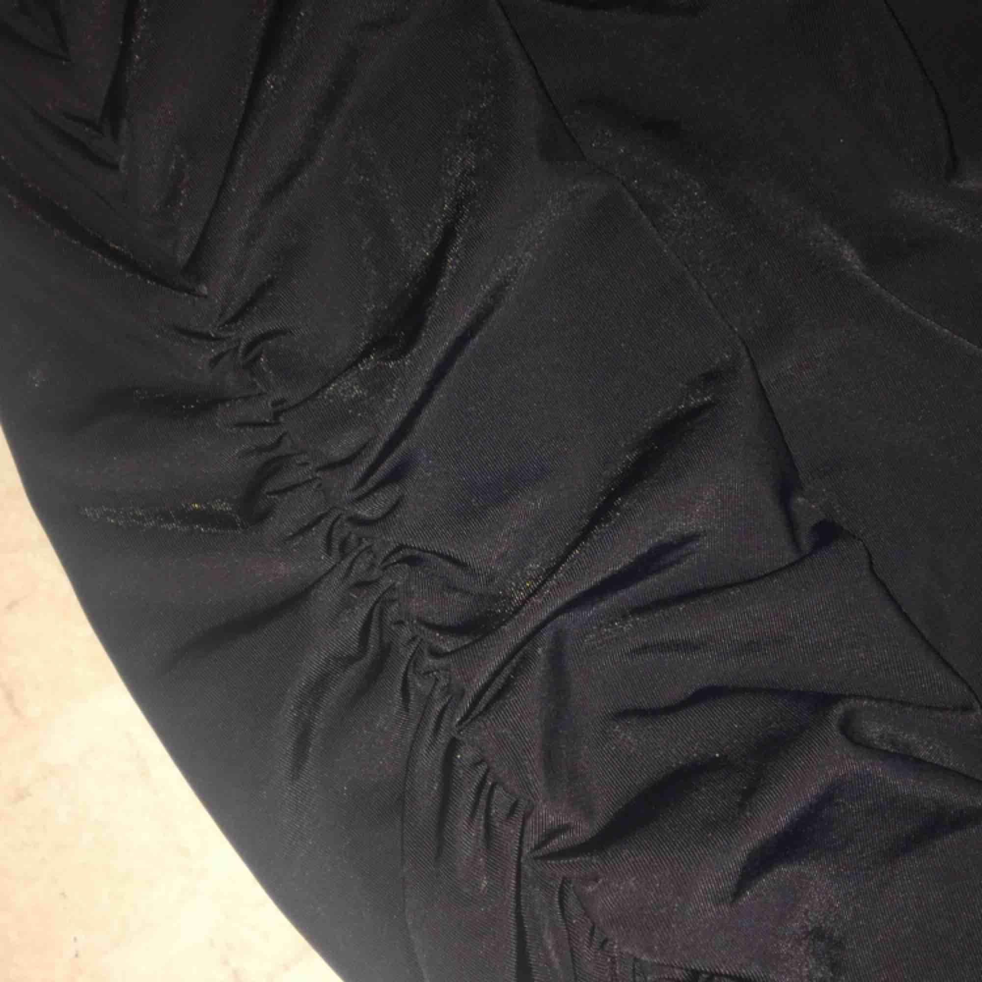 En längre tajt kjol i glansigt material, från Bik Bok. Gör sig inte på bild men kan fixa andra bilder vid intresse. Köparen står för frakten :) . Kjolar.