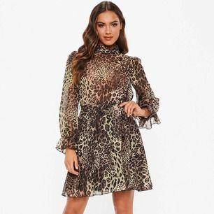 """Snygg leopardklänning inköpt denna säsong från missguided. Strl 4 (XS), Säljes pga fel storlek. Aldrig använd, prislapp sitter kvar. Länk till produktsidan: https://www.missguided.co.uk/high-neck-tie-waist-smock-dress-leopard-1"""""""