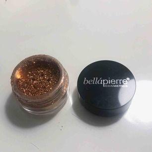 Lösglitter i guld från Bellápierre cosmetics, kan användas till lite vad man vill, smink, pyssel osv 🌟🌟 Aldrig använt   Frakt på 10 kr tillkommer