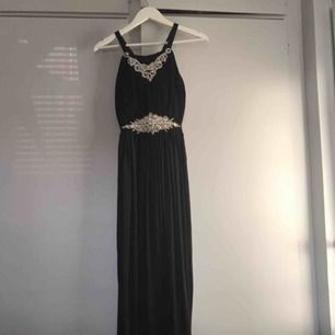 Säljer min fina klänning som jag tyvärr inte haft någon användning av. Aldrig använd och prislappen sitter kvar. Nypris runt 1100kr men priset kan diskuteras   Vid intresse kan jag skicka mer bilder.