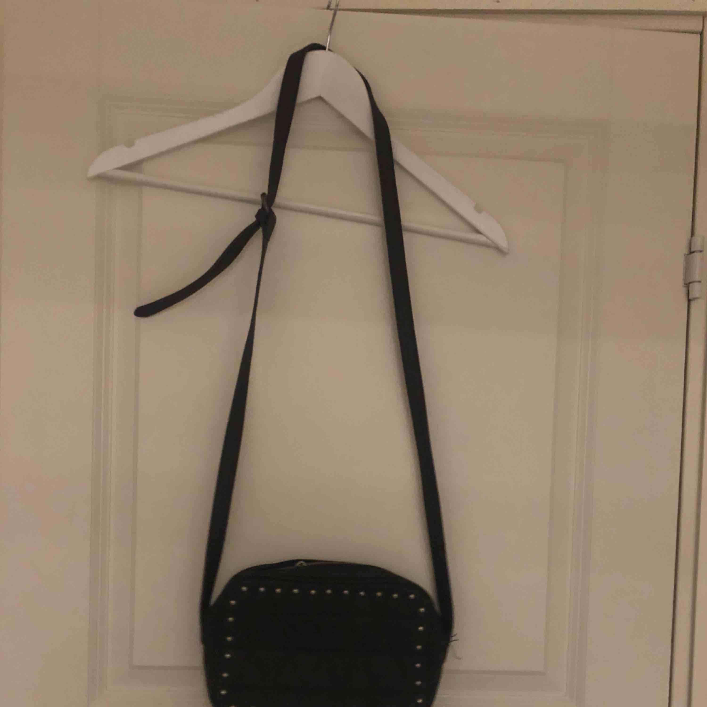 Skit snygg väska. Har använt den gaska många ggr men använder den aldrig längre så därför vill jag bli av med den :). Väskor.