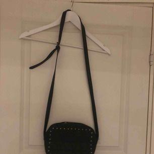Skit snygg väska. Har använt den gaska många ggr men använder den aldrig längre så därför vill jag bli av med den :)
