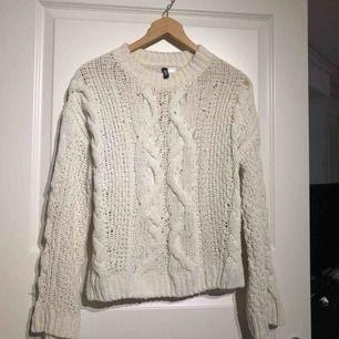 Stickad tröja från H&M. Stl XS men passar S-M. Stora, raka armar. Har små slits på sidorna. Fraktkostnad: 55kr