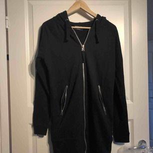 31bcf01345ce Lång, långärmad tröja med fickor och luva stl S. Använd cirka 1 gång.