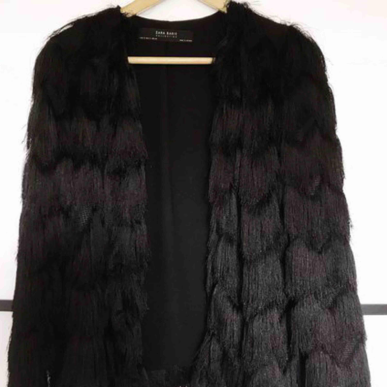Lånade bilder för att få mer exakt hur den ser ut!Säljer denna fransjacka från Zara, storlek S! Den är helt oanvänd, nypris 599, säljes för 200kr inkl frakt!. Jackor.