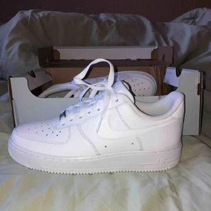 Säljer mina nya Air Force 1, köpta online för ett par dagar sen. Säljer skorna eftersom de var tyvärr för stora. I väldigt bra skick och naturligtvis äkta.