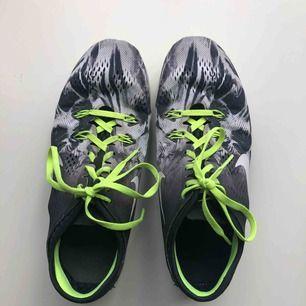 Väldigt sparsamt använda inneskor från Nike. Perfekt för gym eller innesporter. Säljes pga att jag har nya. Inköpspris var 1099kr.
