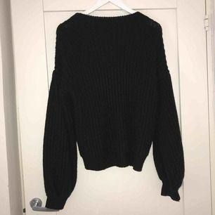 Stickad ballongärmad tröja från NA-KD! Använd få tal gånger! Fint skick! Skön!