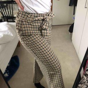 Rutiga utsvängda byxor från h&m som passar till både svart & vit tröja.  Dem är använda några enstaka gånger, mycket bra skick. Säljs för att dem inte kommer till användning. Köparen står för frakt