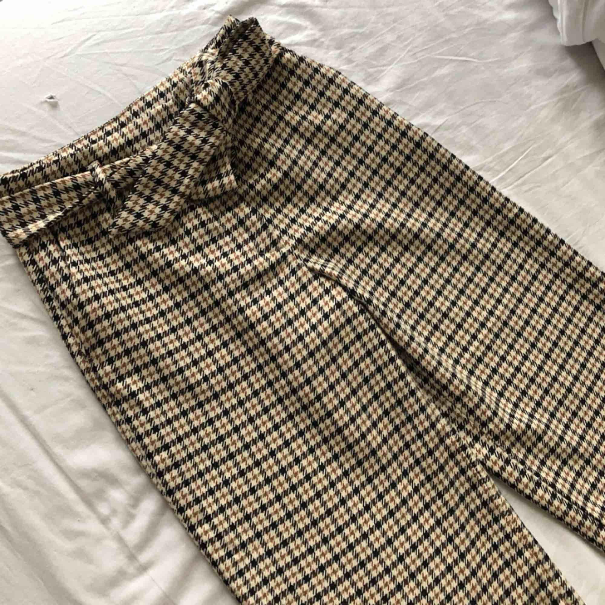 Rutiga utsvängda byxor från h&m som passar till både svart & vit tröja.  Dem är använda några enstaka gånger, mycket bra skick. Säljs för att dem inte kommer till användning. Köparen står för frakt. Jeans & Byxor.