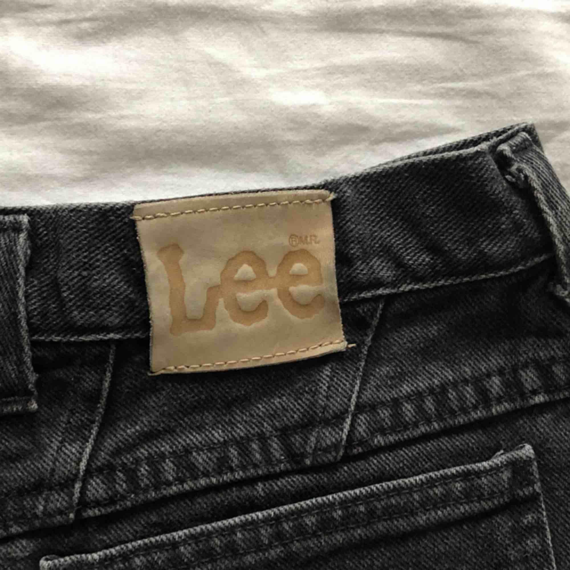 coola Lee shorts , köpta på beyond retro. Står ingen storlek, men dem sitter förstort på mig som är en S, så skulle tippa på M/L  Köparen står för frakt. Shorts.