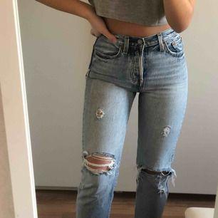 Supersnygga Levis jeans i modellen Wedgie straight, de sitter så fint på och är dom perfekta jeansen!! De är i otroligt fint skick, säljer då de tyvärr blivit för små💖  Betalningen sker via swish och fraktavgift tillkommer