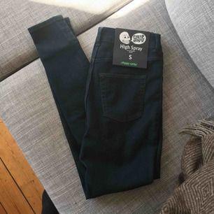 Helt nya skinny jeans från cheap monday. De är små i storleken så skulle säga att jeansen passar bättre på XS. Frakt tillkommer :)