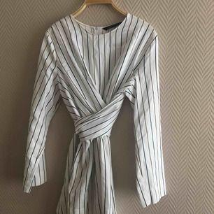 En wrap tröja från Zara. Använt 3 ggr ish. Säljer pga köptes i fel storlek :( frakt tillkommer & priset kan diskuteras