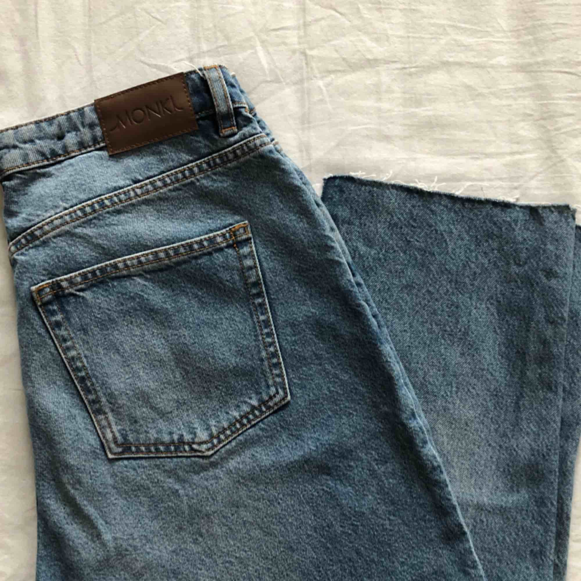 Mom jeans från Monki. Avklippta en halv cm längst ner. frakt tillkommer. Jeans & Byxor.