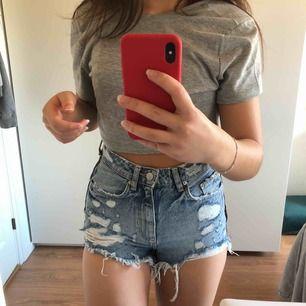 Supersnygga shorts från zara, perfekta till sommaren! Endast använda vid två tillfällen då de är lite små för mig, alltså är de i superfint skick!!💖  Betalningen sker via swish, fraktavgift tillkommer