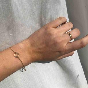 Guldigt armband med rund ring. Fint skick. Frakt 10kr. Hör av för fler bilder eller om du har några frågor🥰