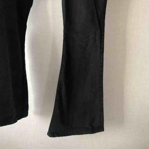 Svart Bootcut jeans, använd ett fåtal gånger🍀 väldigt sköna