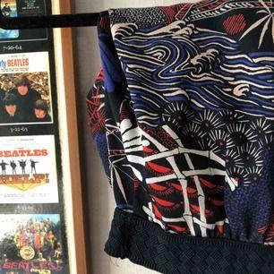 Kostymbyx material i ett färgglatt mönster. Oanvända 🌸 reså i midjan med mörkblått material. Skriv för helhets bild