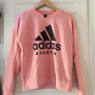 En Adidas tröja som nästan aldrig är använd. Köparen står för frakten.