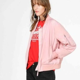 Oanvänd rosa tunnare bomberjacka från Junkyard, perfekt nu till våren 🌼 OBS! Färgen stämmer bäst med produktbilden, min kamera är tyvärr inte den bästa. Priset är inkl frakt :)